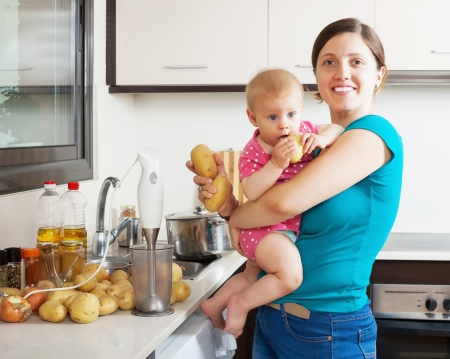 pap: Happy mother and child  with blender in kitchen at home Stock Photo