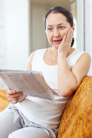 decide: Mujer sorprendida con el peri�dico en su casa