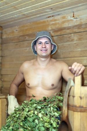 sauna nackt: Man nimmt ein Dampfbad in der Sauna Lizenzfreie Bilder