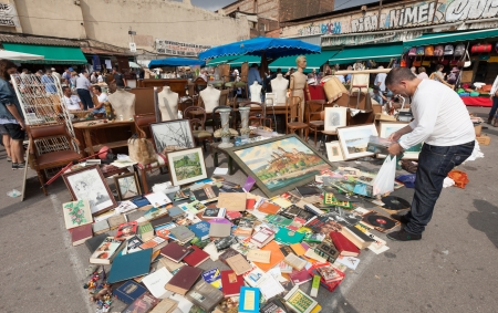 mercat: BARCELONA, SPAIN - JUNE 26: Old things at Flea market in June 26, 2013 in Barcelona, Spain. Mercat Fira de Bellcaire is one of  oldest markets in Europe, has been known since the 14th century