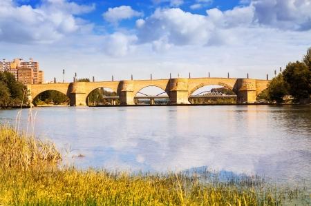 ebro: Ponte di pietra sul fiume Ebro a Saragozza Archivio Fotografico