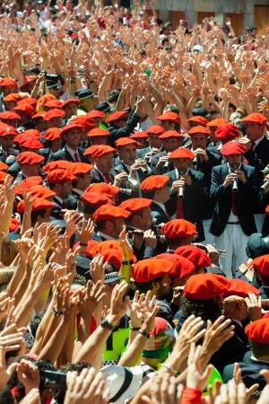 boinas: PAMPLONA, ESPA�A - 06 de julio: Comienzo de la fiesta de San Ferm�n en 06 de julio 2013 en Pamplona, ??Espa�a. Orquesta Municipal juega en la plaza como un signo del comienzo del festival Editorial