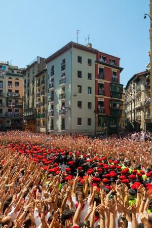 boinas: PAMPLONA, ESPA�A - 06 de julio: Comienzo de la fiesta de San Ferm�n en 06 de julio 2013 en Pamplona, ??Espa�a. Orquesta Municipal juega en la plaza Editorial
