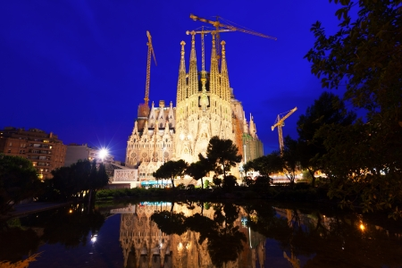 modernisme: BARCELONA, CATALONIA - JULY 14: Sagrada Familia in July 14, 2013 in Barcelona, Catalonia.  Famous Church in night, building is begun in 1882 and completion is planned in 2030 Editorial