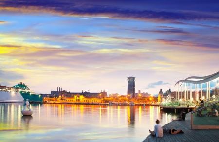 barcelone: vue le soir de Barcelone du Port Vell. Catalogne, Espagne Banque d'images