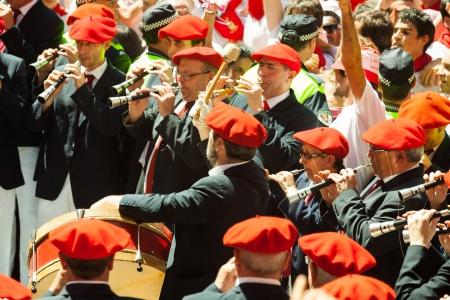 begining: PAMPLONA, SPAGNA - 6 luglio: Inizio di San Fermin festa in 6 LUGLIO 2013 a Pamplona, ??in Spagna. Municipal Orchestra giocare al Ayuntamiento