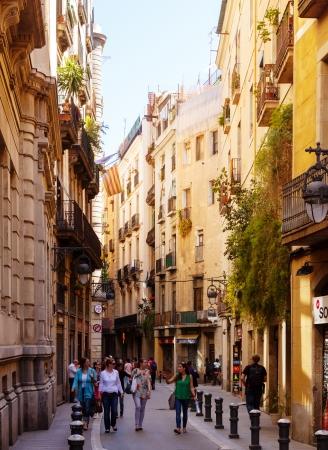 gotico: BARCELONA, ESPA�A - 14 de abril: la gente caminando en el Barri Gotic en 14 de abril 2013 en Barcelona, ??Espa�a. . Es el centro de la ciudad vieja de Barcelona. Centro de la vida tur�stica