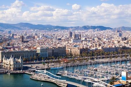 docked: Vista superior de Port Vell en Barcelona con barcos atracados
