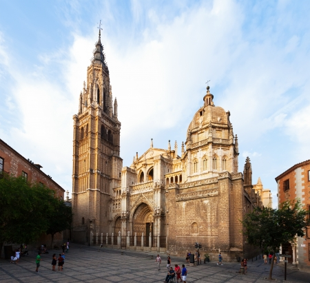 gotico: TOLEDO, ESPA�A - 22 de agosto: la catedral de Toledo el 22 de agosto de 2013 en Toledo, Espa�a. Catedral g�tica, construida en 13 a 15 siglos, una de las catedrales m�s grandes de Europa Editorial