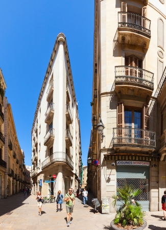 gotico: Barcelona - 14 de abril: las calles pintorescas del Barrio G�tico en 14 de abril 2013 en Barcelona, ??Catalu�a. Es el centro de la ciudad vieja, el nombre del barrio se debe a los edificios conservados, construida en �poca medieval Editorial
