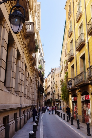 gotico: Barcelona - 14 de abril: Calle vieja de la ciudad mediterr�nea - Barrio G�tico, en 14 de abril 2013 en Barcelona. Es el centro de la antigua ciudad, uno de los s�mbolos de la ciudad