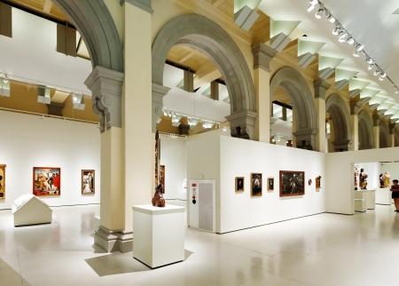 art museum: BARCELLONA, SPAGNA - 8 agosto: Interno del Museo Nazionale d'Arte della Catalogna di Barcellona il 8 agosto 2013 a Barcellona, ??Spagna. Medieval corridoio di arte gotica Editoriali