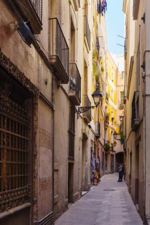 gotico: BARCELONA, ESPA�A-14 de abril: Calle estrecha del Barrio G�tico en 14 de abril 2013 en Barcelona, ??Espa�a. Es el centro de la ciudad vieja, el nombre del barrio se debe a los edificios conservados, construida en �poca medieval