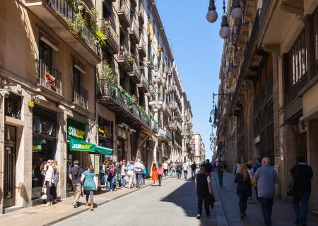 gotico: BARCELONA, ESPAÑA-14 de abril: la calle Ferran en el Barrio Gótico, en 14 de abril 2013 en Barcelona, ??España. Es el centro de la ciudad vieja, el nombre del barrio se debe a los edificios conservados, construida en época medieval Editorial