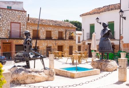 don quixote: EL TOBOSO, ESPA�A - 23 de agosto: esculturas de metal de Don Quijote y Dulcinea el 23 de agosto de 2013 en El Toboso, Espa�a. Town es famoso por aparecer en la novela Don Quijote de Miguel de Cervantes Editorial