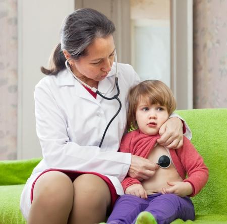 bebe enfermo: m�dico pediatra maduras examen 2 a�os beb� con el estetoscopio
