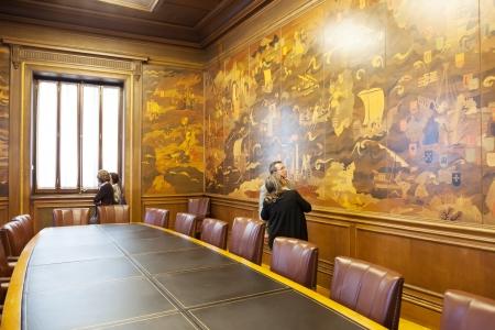 marqueteria: BARCELONA, ESPA�A - 23 de abril: Sala de Expansi�n Ciudadana del Ayuntamiento de Barcelona el 23 de abril de 2013 en Barcelona, ??Espa�a. Las paredes de la sala est�n cubiertas con incrustaci�n de madera