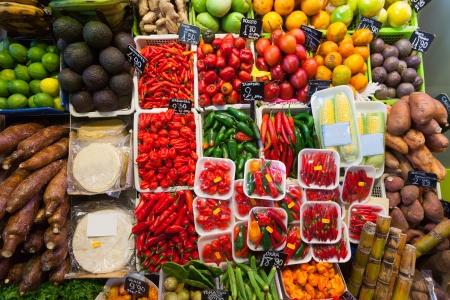 negocios comida: Pimiento picante y otras verduras en mercado de mostrador espa�ol