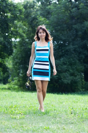 pieds nus femme: belle femme marche pieds nus sur la pelouse