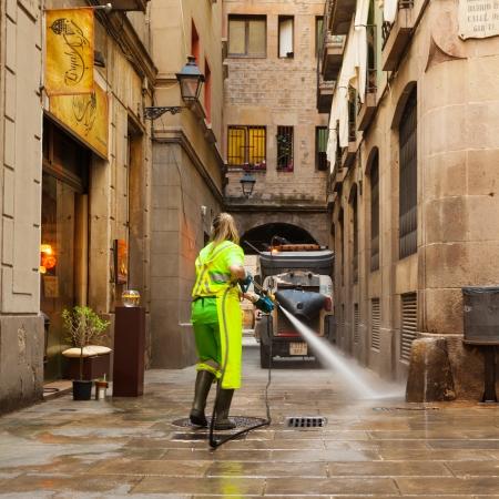 gotico: BARCELONA, ESPA�A - 01 de junio: La limpieza en h�medo de las calles antiguas en 01 de junio 2013 en Barcelona, ??Espa�a. Limpieza del distrito antiguo con agua limpia la calle Editorial
