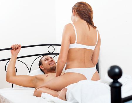 секс: Взрослый пара занимается сексом на кровати в интерьер спальни дома