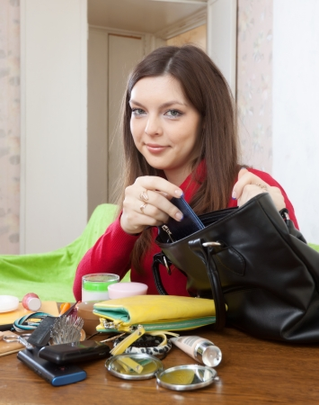 ransack: Girl can not finding anything in her purse at table