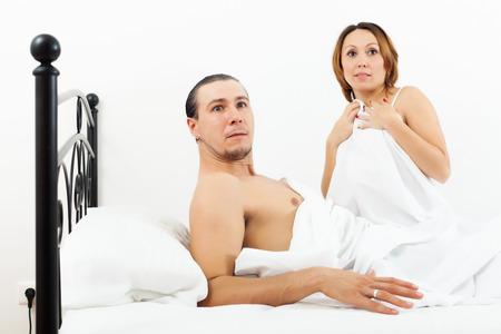 Ver�ngstigt Ehepaar mittleren Alters w�hrend Ehebruch ertappt photo