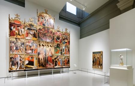 art museum: BARCELLONA, SPAGNA - 8 agosto: esposizioni di Museo Nazionale d'Arte della Catalogna di Barcellona il 8 agosto 2013 a Barcellona, ??Spagna. Dipinti in stile gotico medievale sala