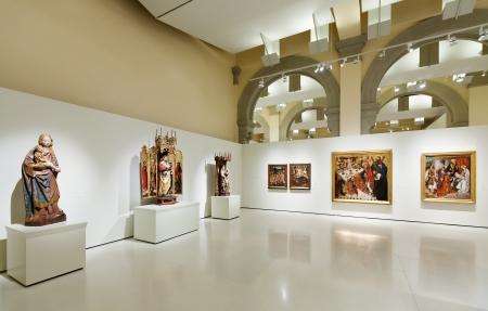 art museum: BARCELLONA, SPAGNA - 8 agosto: esposizioni di Museo Nazionale d'Arte della Catalogna di Barcellona il 8 agosto 2013 a Barcellona, ??Spagna. Medieval stile gotico sala Art Editoriali