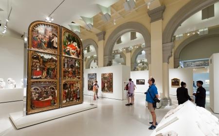 art museum: BARCELLONA, SPAGNA - 8 agosto: esposizioni di Museo Nazionale d'Arte della Catalogna di Barcellona il 8 agosto 2013 a Barcellona, ??Spagna. Medieval Gothic sala Art