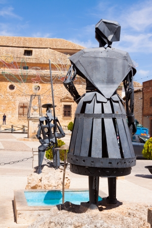 don quixote: EL TOBOSO, ESPA�A - 23 de agosto: Monumento de Don Quijote y Dulcinea el 23 de agosto de 2013, de El Toboso, Espa�a. La ciudad es famosa por aparecer en la novela Don Quijote de Miguel de Cervantes