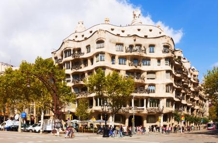 paseig: BARCELONA, CATALONIA - SEPTEMBER 12: Casa Mila on September 12, 2013 in Barcelona, Catalonia.  House was built in 1905–1910 by Catalan architect Antoni Gaudi  Editorial