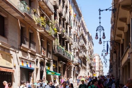 gotico: BARCELONA, ESPA�A - 14 de abril: la gente que recorre en Barri Gotic en 14 de abril 2013 en Barcelona, ??Espa�a. . Es el centro de la ciudad vieja de Barcelona. Centro de la vida tur�stica
