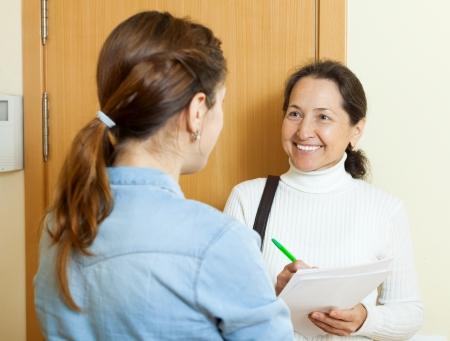 empleada domestica: Mujer llenando cuestionario empleado en la puerta
