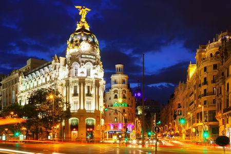 MADRID, SPAGNA - 29 agosto: Gran Via via nella notte il 29 agosto 2013 a Madrid, Spagna. Una delle principali vie della città