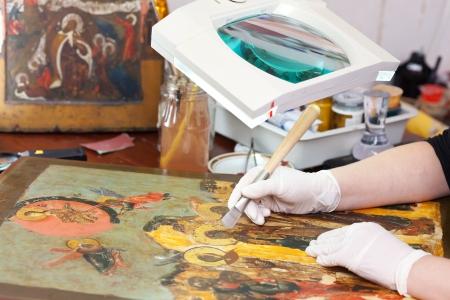 vergulden oude christelijke icoon met agaat burnisher bij restauratieatelier