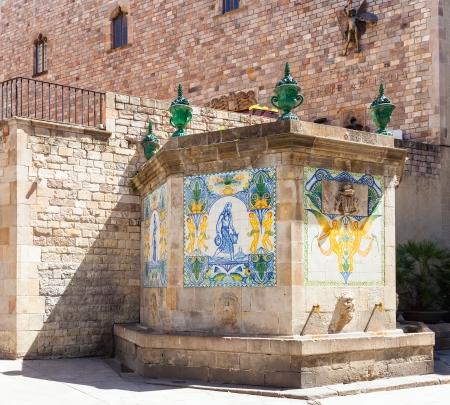 gotico: Antigua fuente en el Barrio G�tico. Barcelona, ??Catalu�a