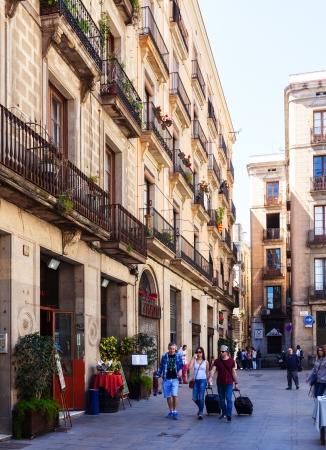 gotico: BARCELONA, ESPA�A - 14 de abril pintorescas casas del Barrio G�tico en 14 de abril 2013 en Barcelona, ??Espa�a Es el centro de la antigua ciudad de centro de la vida tur�stica de Barcelona Editorial