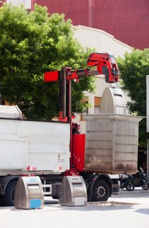 recolector de basura: Camión de basura recogida de contenedor de basura en la ciudad