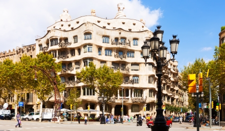 paseig: BARCELONA, CATALONIA - SEPTEMBER 12: La Pedrera on September 12, 2013 in Barcelona, Catalonia.  House was built in 1905–1910 by Catalan architect Antoni Gaudi