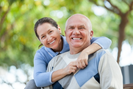 fall in love: Portrait of cheerful mature couple in sweaters at autumn park