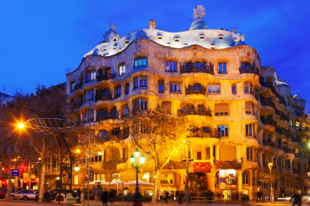 paseig: BARCELONA, SPAIN - JANUARY 2, 2014: Night view of Casa Mila (La Pedrera) in Barcelona.  House was built in 1905–1910 by Catalan architect Antoni Gaudi