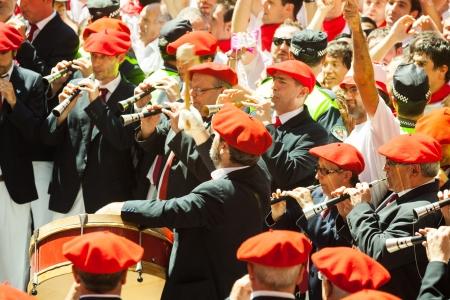 boinas: PAMPLONA, ESPA�A - 06 de julio Comienzo de San Fermin fiesta en 06 de julio 2013 en Pamplona, ??Espa�a Orquesta Municipal jugando en la plaza