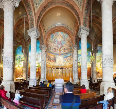 cor: BARCELONA, SPAIN - MAY 18: Interior of Temple Expiatori del Sagrat Cor in May 18, 2013 in Barcelona, Spain.  The construction of the temple  lasted from 1902 to 1961 Editorial
