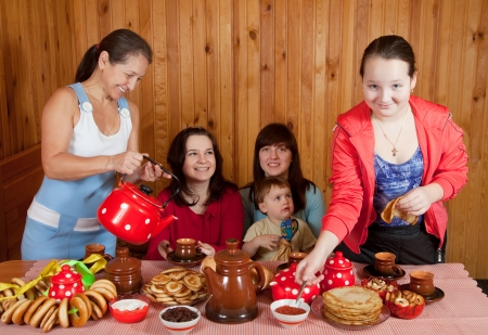 banket: Happy family  drinking tea with russian traditional snack