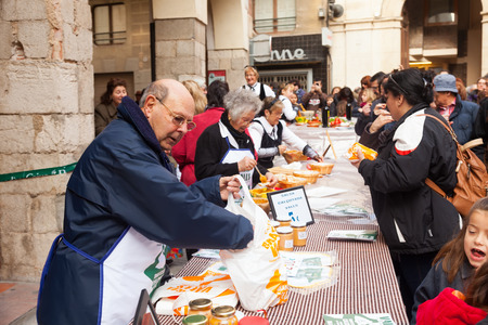 concurs: VALLS, SPAIN - JANUARY 26, 2014: Calсotada -  gastronomical event in Catalonia. Competition for  best sauce for  calsot in Valls