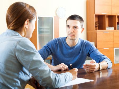 ソーシャル ワーカーや自宅のテーブルで従業員の男アンケート