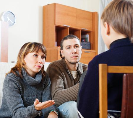 両親の家の内部で 10 代の子供を叱るします。女性に焦点を当てる