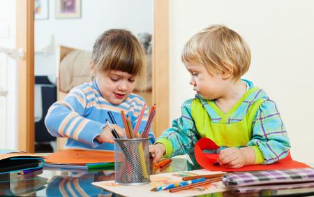 2 to 3 years: gravi fratelli che giocano con le matite in home interior