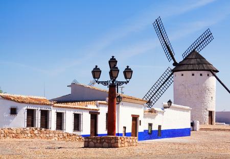 don quijote: Vista de la calle y el molino. Campo de Criptana. La Mancha Foto de archivo